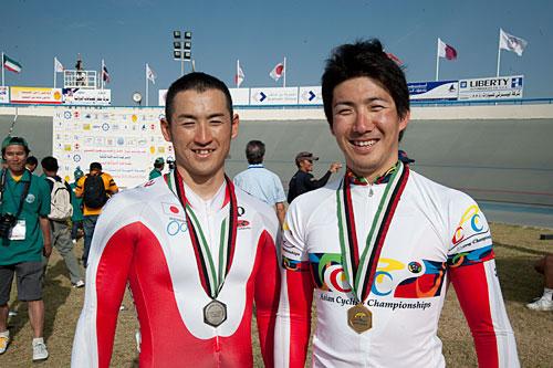 アジア選手権ケイリンの渡邉(右)と成田
