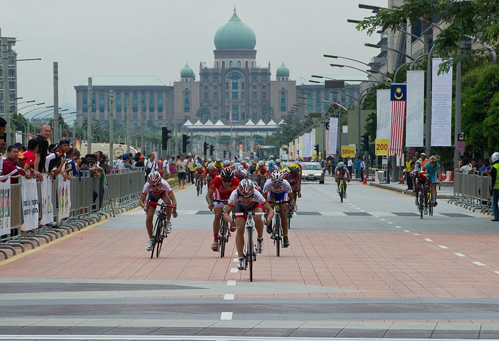 アジア選手権ロード男子ジュニアのフィニッシュ(中央が1位の西村、左が2位の小橋)