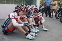 レース前コースを確認する選手