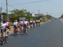 ラスト7kmの集団、前方の1人が金子
