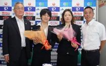 左から、大島JCF副会長・鹿沼選手・田中選手・権丈パラサイクリング連盟理事長