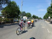 stage8集団落車から戻る福田 トラブルの場合はバイクで戻ることが認められている